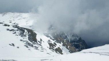 Mlha kolem zasněžené hory, časová prodleva — Stock video