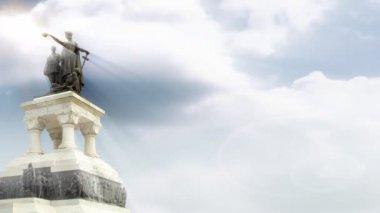 Helden denkmal mit time lapse wolken und sonnenstrahlen — Stockvideo