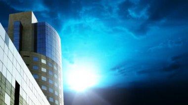 Офисное здание против облака промежуток времени и молния — Стоковое видео
