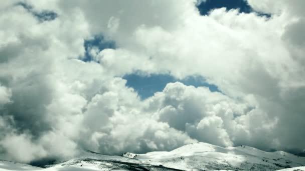 Nubarrones de lapso de tiempo en la cima de la montaña Nevada — Vídeo de stock