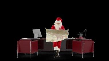 Noel baba modern noel ofisine karşı siyah bir harita okuma — Stok video