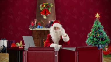 Santa Claus talking in a Christmas Room — 图库视频影像