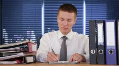 бизнесмен получения письма и получать уволили, перемотка вперед — Стоковое видео