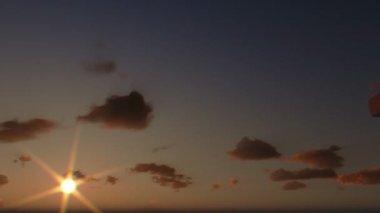 Ježíše na kříž, zblízka, timelapse mraky při západu slunce — Stock video
