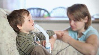 Matka a dítě pomocí rozprašovač k inhalaci léku — Stock video