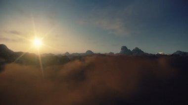 Vuelo sobre picos de montañas, lapso de tiempo del amanecer — Vídeo de stock