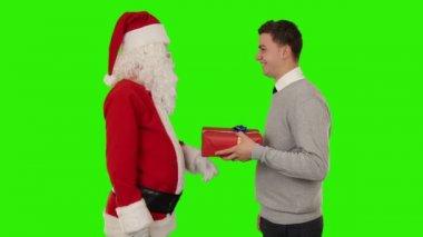 Jovem empresário receber um presente de papai noel — Vídeo stock