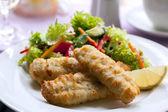 Fisch und Salat — Stockfoto
