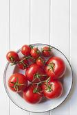 Rebe tomaten in rustikalen schüssel — Stockfoto