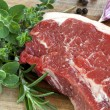 Raw Sirloin Steak with Herbs - 图库照片