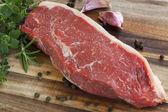 Rohe sirloin-steak mit kräutern — Stockfoto