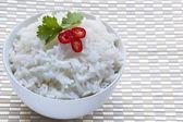 Kom van witte rijst met rode chili en koriander — Stockfoto