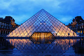 Louvre Pyramid on Rainy Night — 图库照片