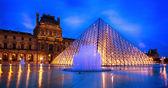 卢浮宫玻璃金字塔 — 图库照片