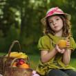 chica con fruta en el parque — Foto de Stock