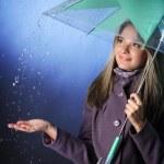 chica feliz bajo la lluvia — Foto de Stock   #17137199