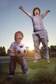 Juego de dos niño feliz en el fútbol — Foto de Stock