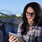 Beauty girl with tablet pc outdoors — Stock fotografie