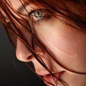 Beauté fille cri sur fond noir — Photo
