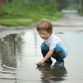 Barco de papel en niños mano — Foto de Stock