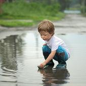 Papier statek u dzieci ręcznie — Zdjęcie stockowe
