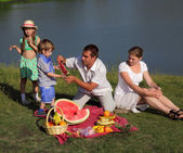 Familie picnic outdoors with food — Stock Photo