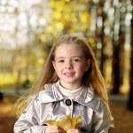 niños felices en el parque otoño — Foto de Stock