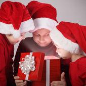 Trzech chłopców szczęśliwy otworzyć boże narodzenie-pudełko — Zdjęcie stockowe