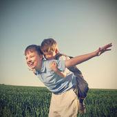 Brincar ao ar livre felizes dois brathers — Foto Stock