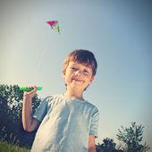 счастливый мальчик с кайтом — Стоковое фото