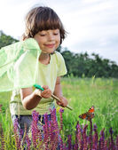 Child catches a butterfly — Stock Photo