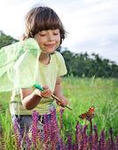 孩子捉一只蝴蝶 — 图库照片