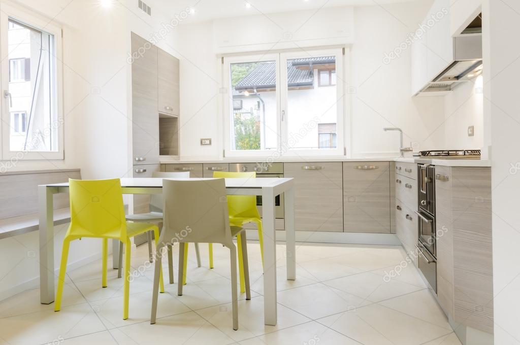 Scarica - Interno di cucina moderna con sedie tavolo, grigio e giallo ...