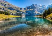 Lago di oeschinen / oeschinensee, svizzera iv — Foto Stock