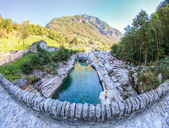 Ponte dei salti, verzasca dalen, schweiz — Stockfoto