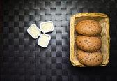 Bollos de sembrados y mantequilla — Foto de Stock