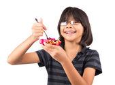 Bambina di mangiare il frutto del drago — Foto Stock