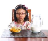 若いアジアのマレーの女の子は、朝食をとる — ストック写真
