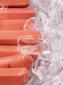 Kiełbaski z kostkami lodu — Zdjęcie stockowe