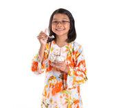 Ung tjej med en skål glass — Stockfoto