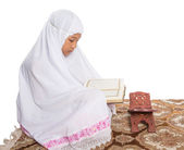 Young Muslim Girl Reading Al Quran — Stock Photo