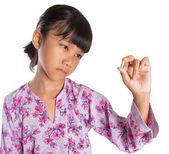 Młoda dziewczyna i medycyna tabletki — Zdjęcie stockowe