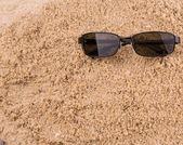 Kum üzerinde güneş gözlüğü — Stok fotoğraf