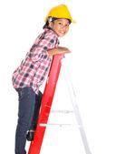 Mladá dívka na žebříku — Stock fotografie