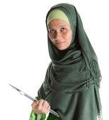Mujer musulmana con el ordenador portátil — Foto de Stock