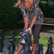 Woman playing chess — Stockfoto