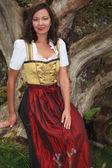 Donna asiatica in costume tradizionale bavarese — Foto Stock