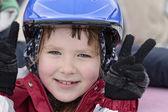 Ragazza felice nel casco blu — Foto Stock
