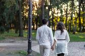 Młoda para, pozostawiając daleko — Zdjęcie stockowe