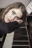 Portrait of young woman pianist — Stock Photo